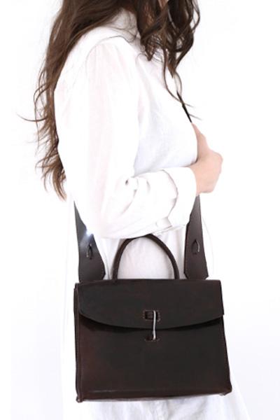 tagliovivo black leather bag with model